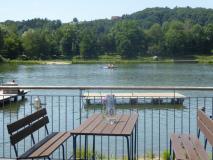 Künstlicher Teich im Freizeitpark